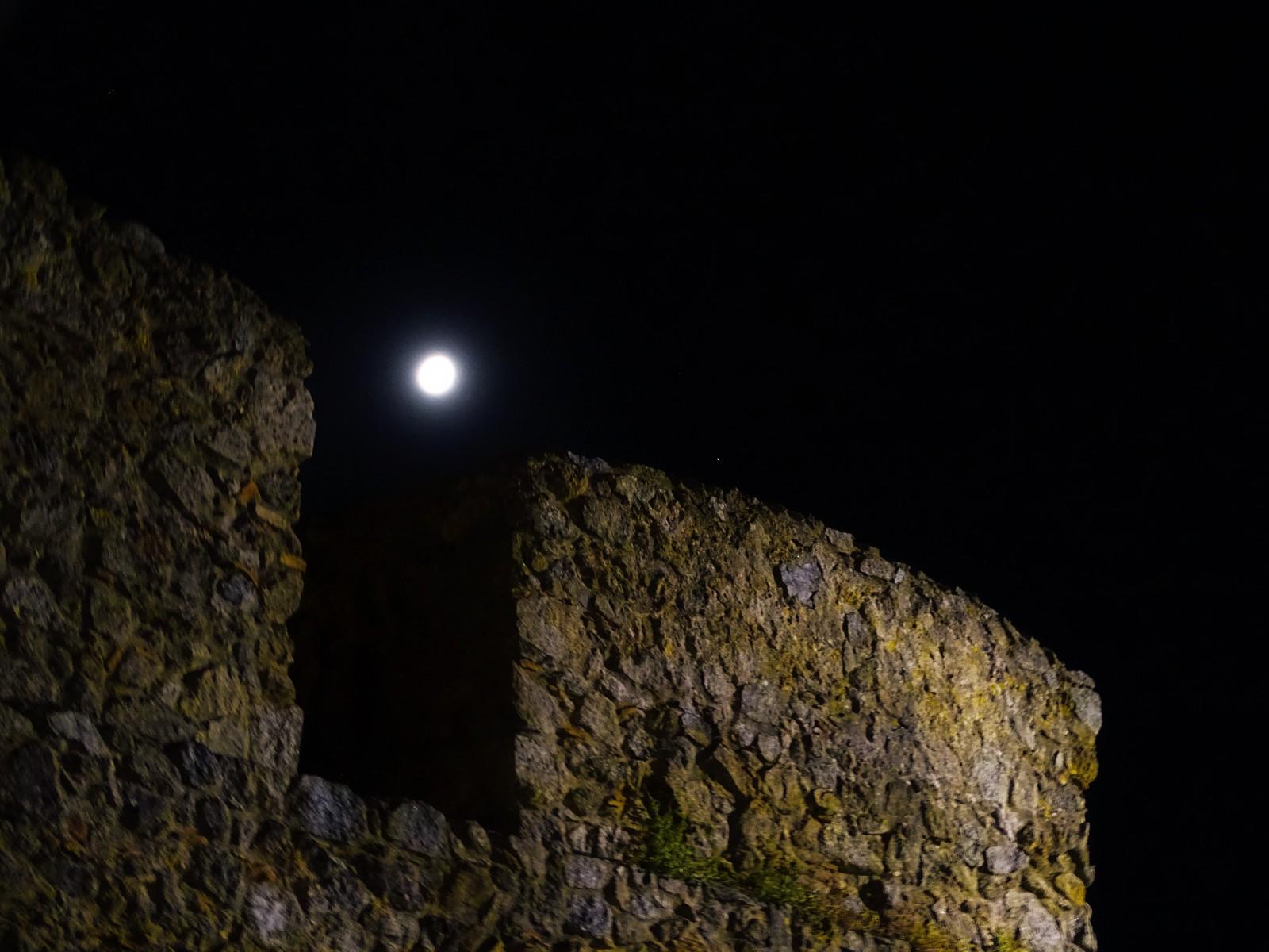 Il castello guarda la Luna